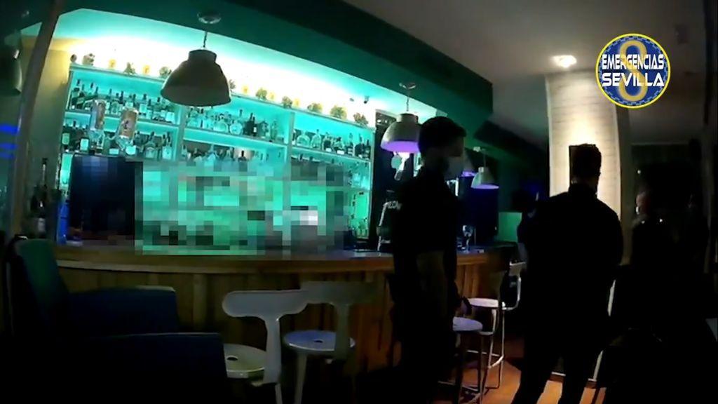 Siete clientes sin mascarillas se esconden de la Policía en los baños de un bar en Sevilla