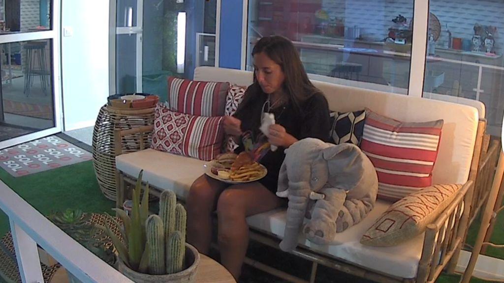 Anabel Pantoja disfruta de una sabrosa hamburguesa de cena gracias a los votos de la audiencia