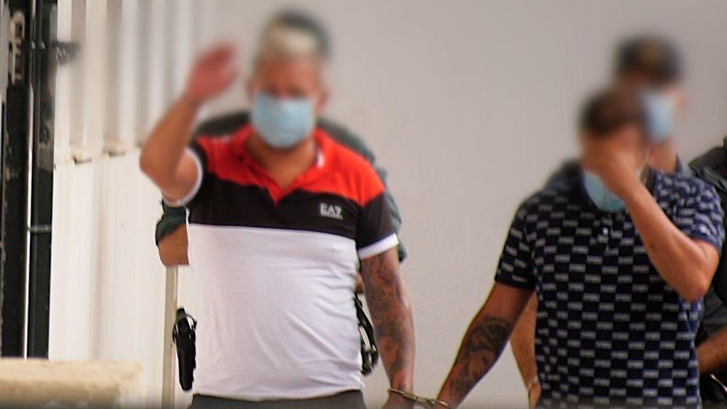 Dos supuestos miembros de la organización a su llegada a los juzgados