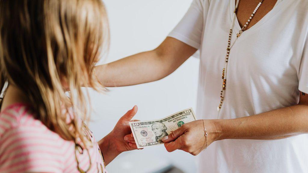 """Educación positiva: beneficios de dar la """"paga"""" a nuestros hijos adolescentes"""