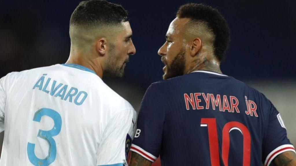 Neymar y Álvaro González, en plena discusión.