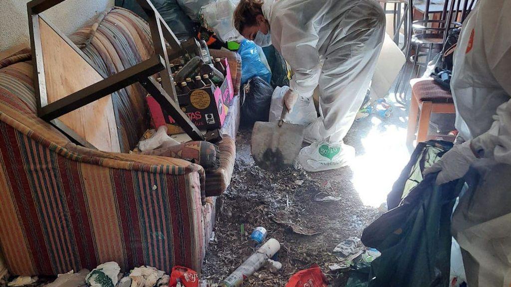 El salón estaba lleno de miles de cáscaras de pipas pegadas al suelo