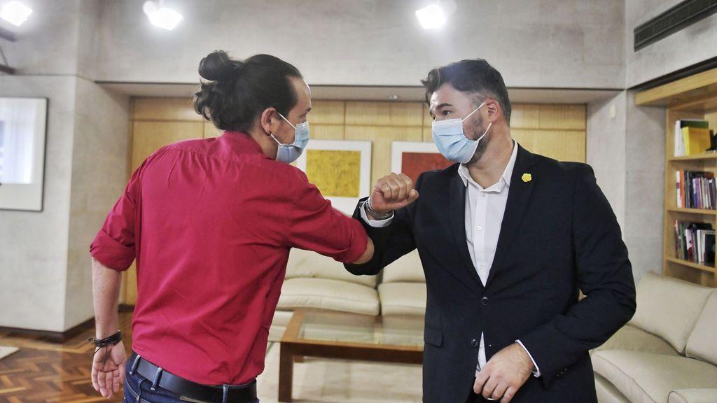 Iglesias saluda con el codo a Gabriel Rufián