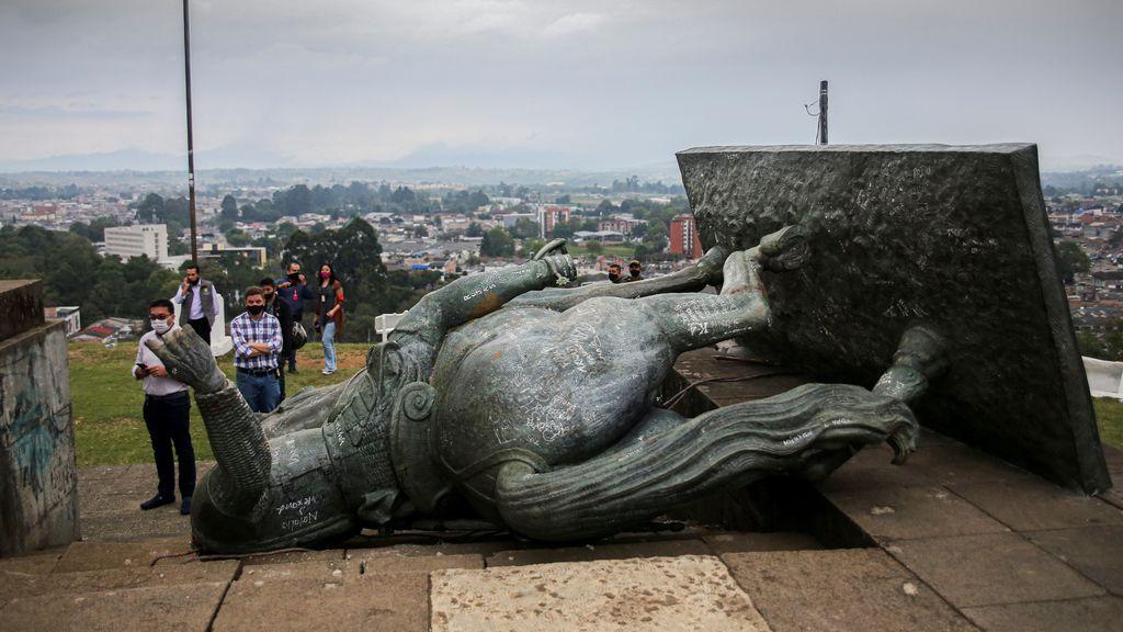 Derriban la estatua de un conquistador español en Colombia