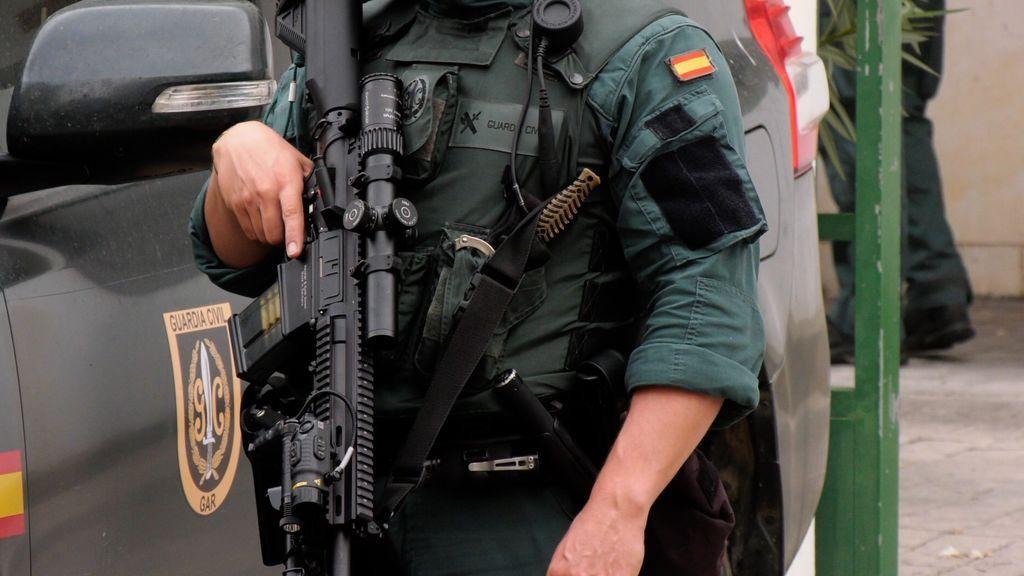 Un miembro de la Guardia Civil a la puerta de los juzgados de Algeciras