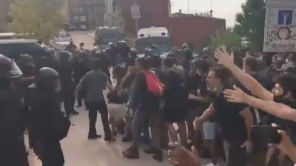 Los Mossos cargan contra los manifestantes en un desalojo