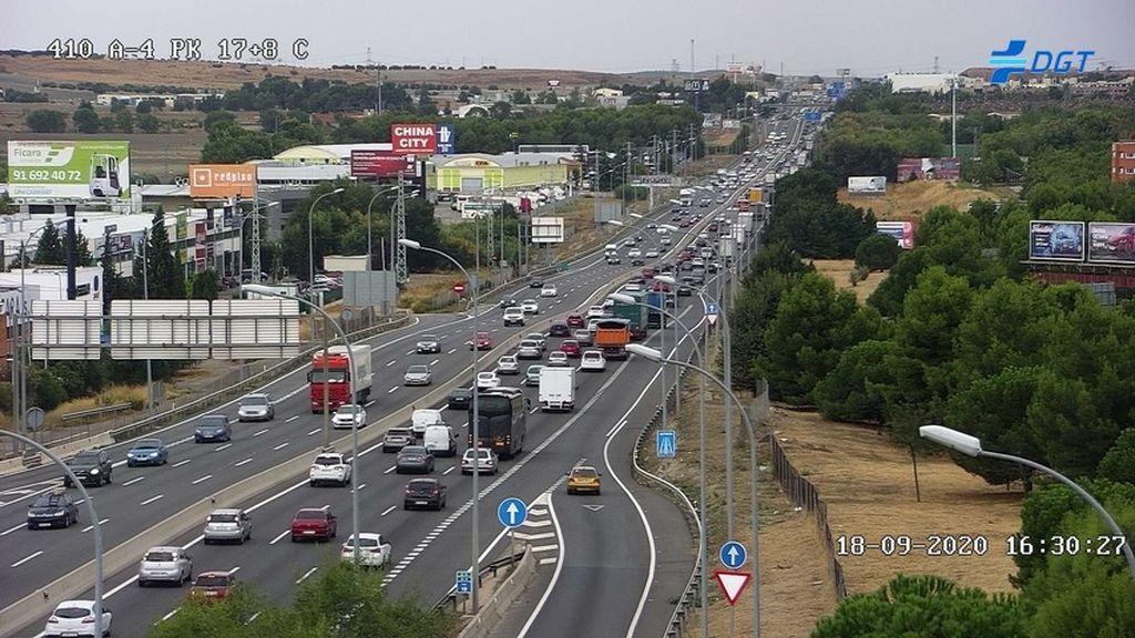 Lluvia y miedo a las medidas de Ayuso: atascos en la 'huida' de fin de semana de Madrid