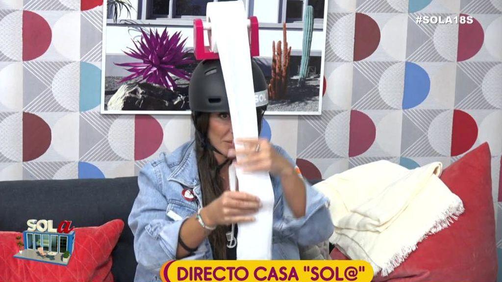 Anael Pantoja, castigada por la audiencia a llevar un casco con papel hiéginico incorporado