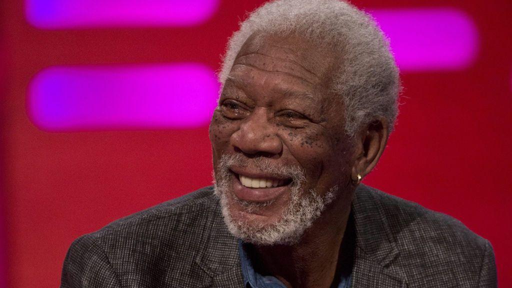 El detalle más pícaro del encuentro de Aniston y Brad: la sonrisa de Morgan Freeman a sus 83 años