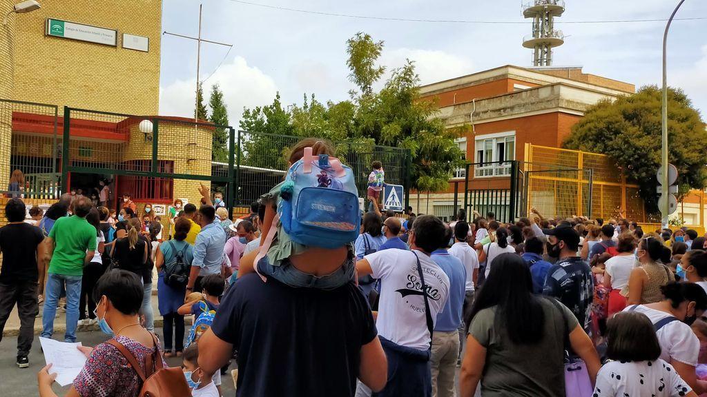 Padres hacinados en la puerta de un cole de Huelva