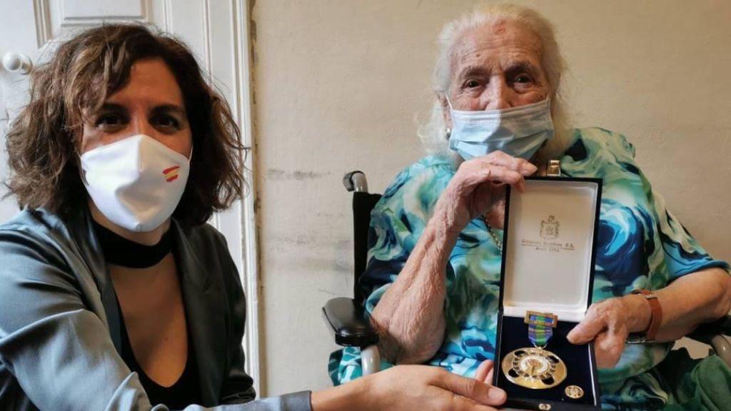 Encarna Hernández, 'La niña del gancho',  recibe la medalla de oro al mérito deportivo a sus 103 años