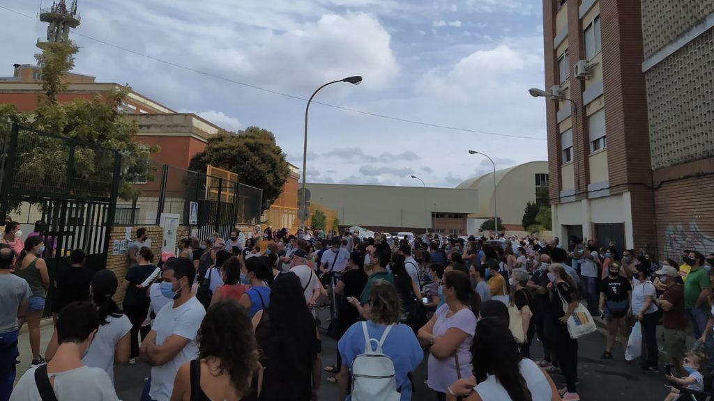No es una manifestación, es la puerta de un cole de Huelva con cientos de padres hacinados