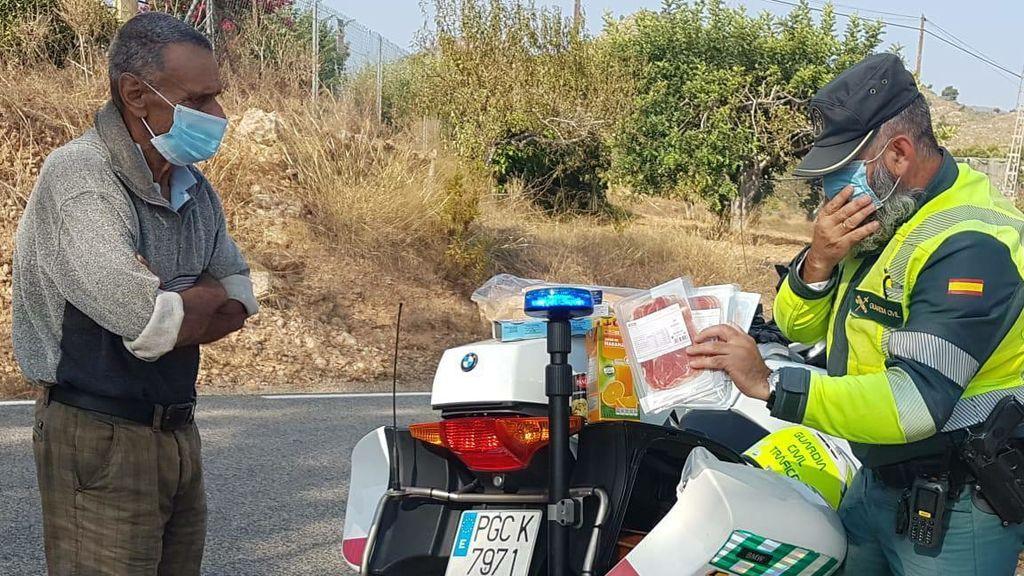 El gesto de un Guardia Civil con un mendigo desorientado: va a un supermercado y le regala alimentos