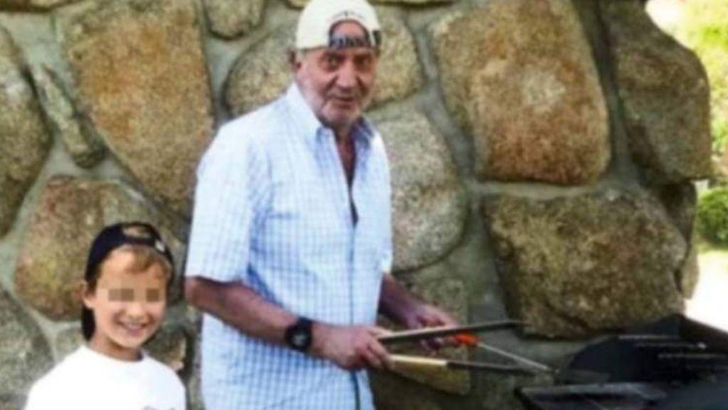 La famosa fotografía del rey emérito Juan Carlos I de barbacoa de la que todo el mundo habla