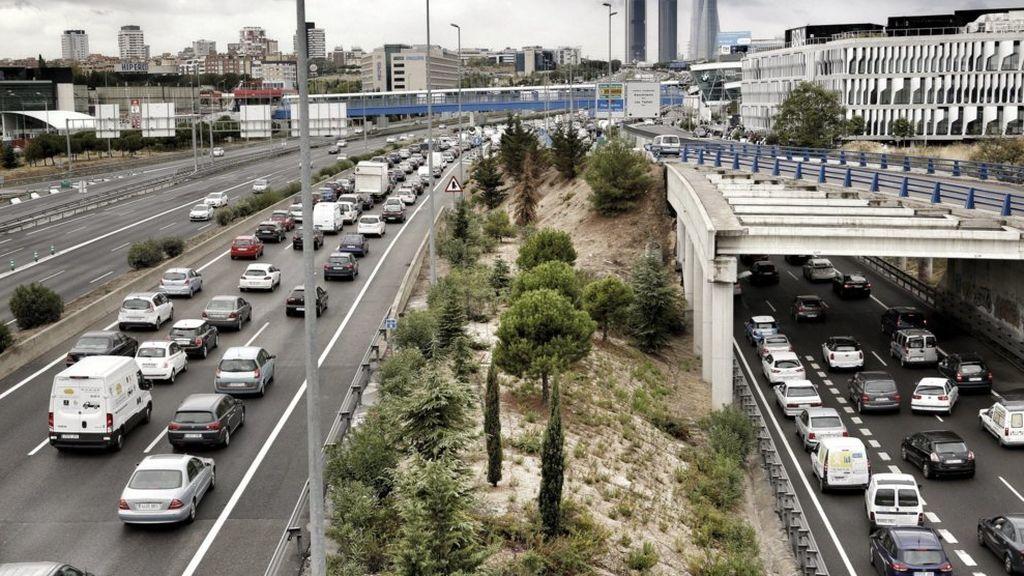 Kilómetros de atasco en la salida de Madrid por la incertidumbre de los confinamientos de Ayuso