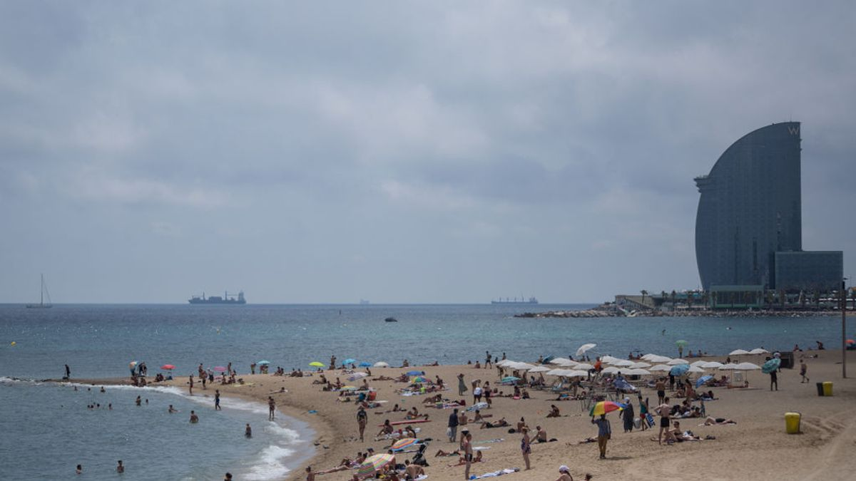 EuropaPress_3254243_28_july_2020_spain_barcelona_bathers_are_seen_at_the_barcelona_beach_due_to (1)