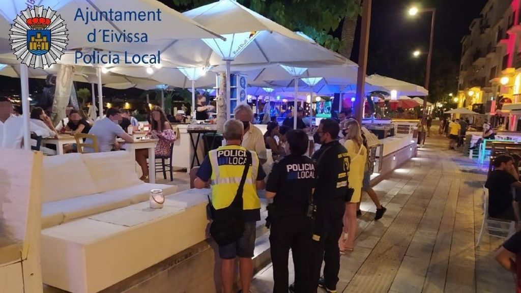 La Policía Local de Ibiza interviene un botellón en la playa con 50 personas