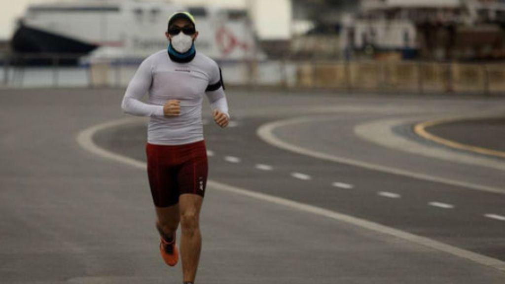 Los expertos recomiendan llevar mascarilla haciendo deporte