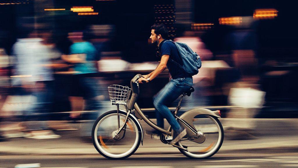 Hombre en bicicleta por ciudad.