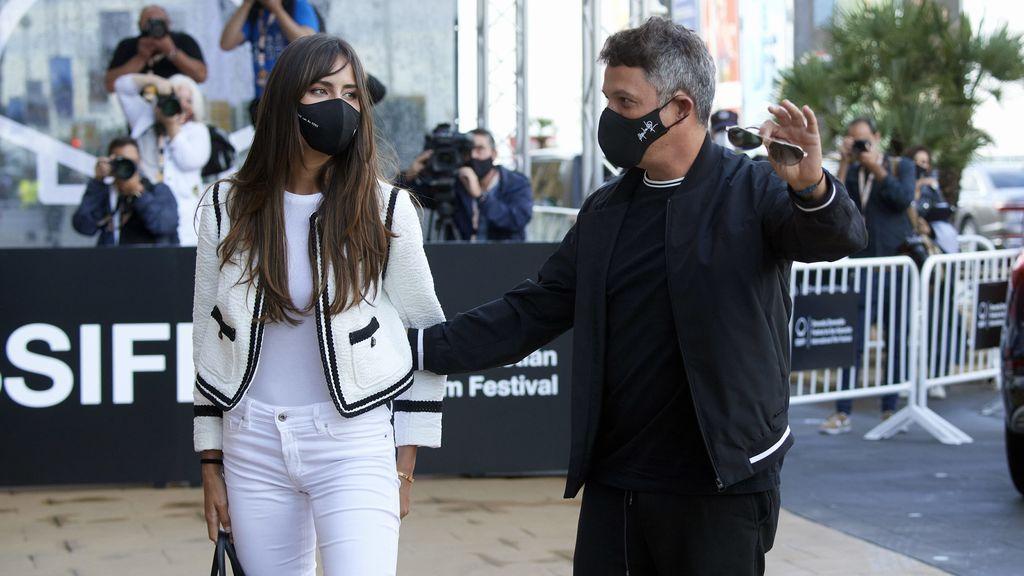 Alejandro Sanz posa con Rachel Valdés y su hija Manuela en el festival de San Sebastián