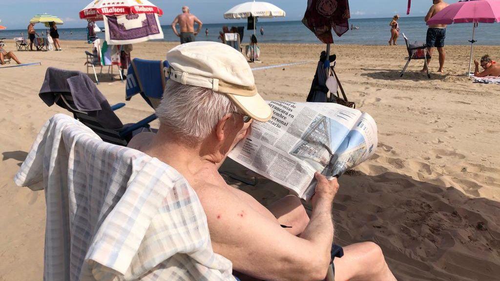 La playa de Gandía se convierte en refugio de jubilados madrileños ante el avance del coronavirus en la capital