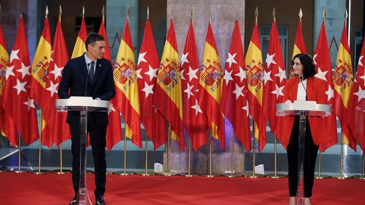 Sánchez y Ayuso comparecen ante la prensa con un fondo de 24 banderas de España y Madrid