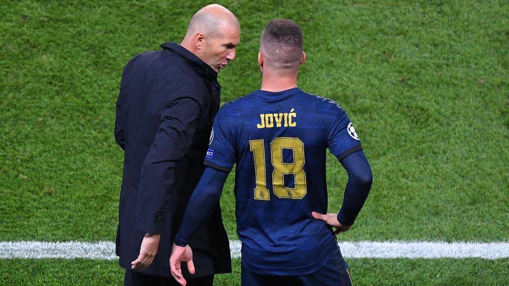 Zidane da instrucciones a Jovic antes de entrar en un partido.