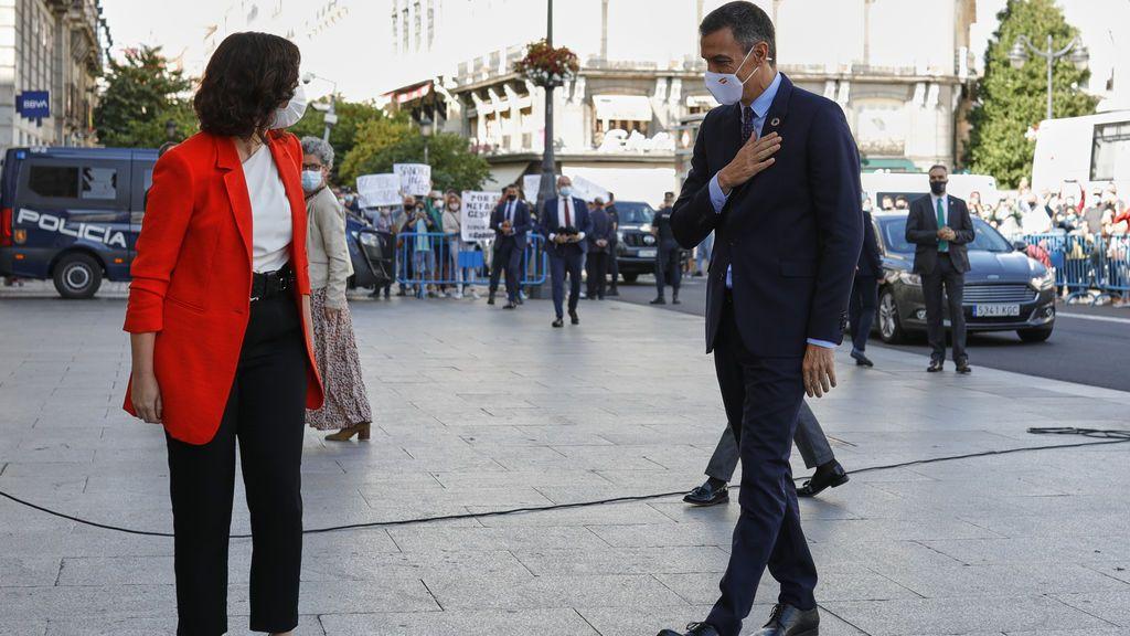 Pedro Sánchez saluda Isable Díaz Ayuso a su llegada a Sol