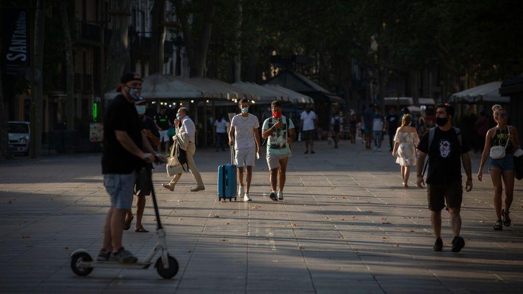 EuropaPress_3254481_dos_jovenes_caminan_ellos_lleva_maleta_barcelona_catalunya_espana_28_julio