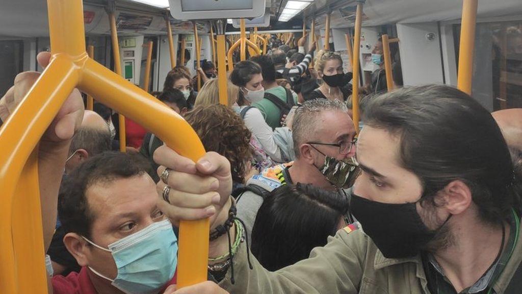 Trenes llenos y poca distancia de seguridad en los barrios confinados de Madrid