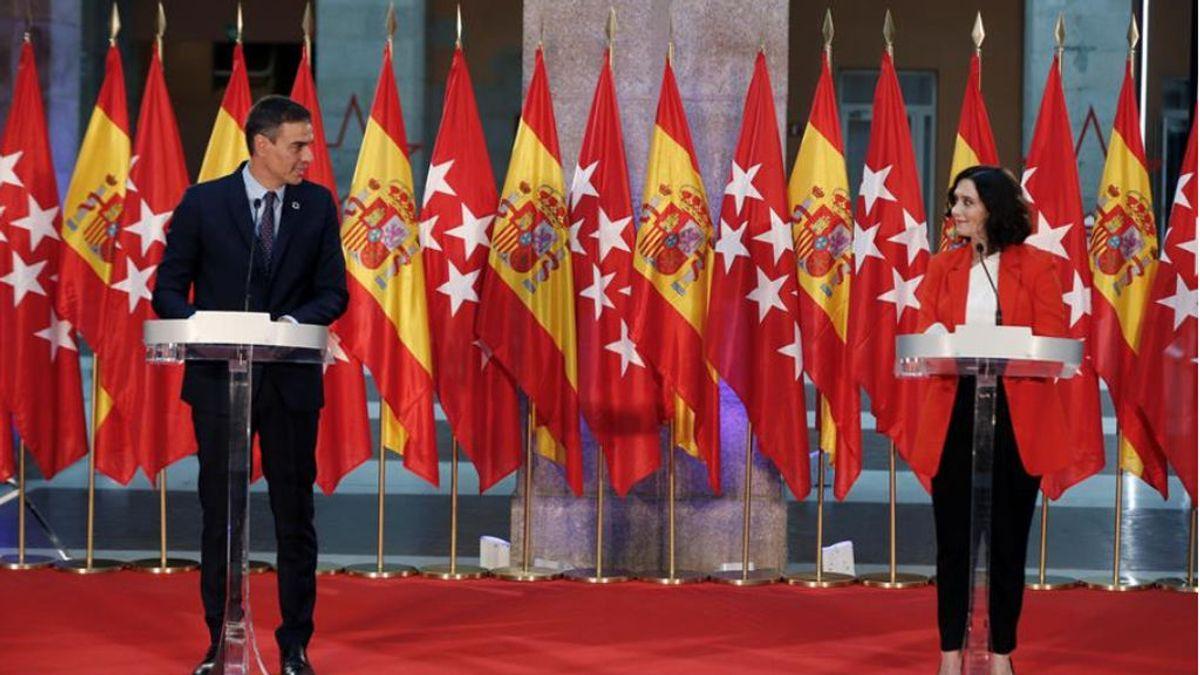 """Lluvia de memes por las banderas en la rueda de prensa de Sánchez y Ayuso: """"Parece un bazar chino"""""""