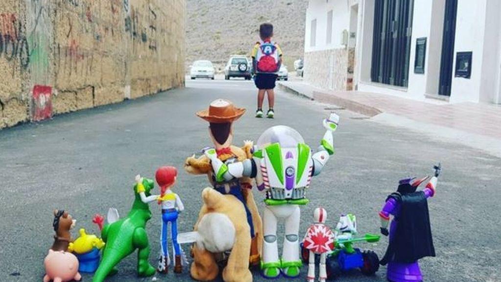 Enzo, el niño que arrasa en Twitter con una foto de su primer día de cole en Tenerife