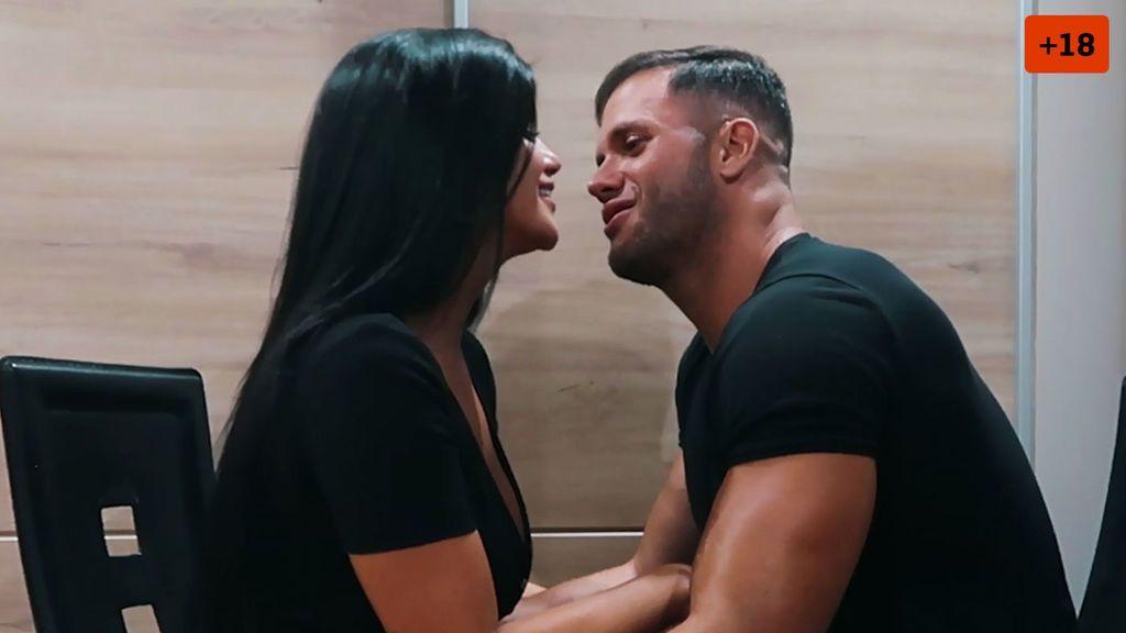 Lola Ortiz y Fabio Agostini tienen una cita y acaban besándose (2/2)