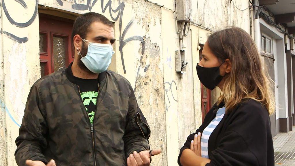 Discusión entre una reportera y un okupa