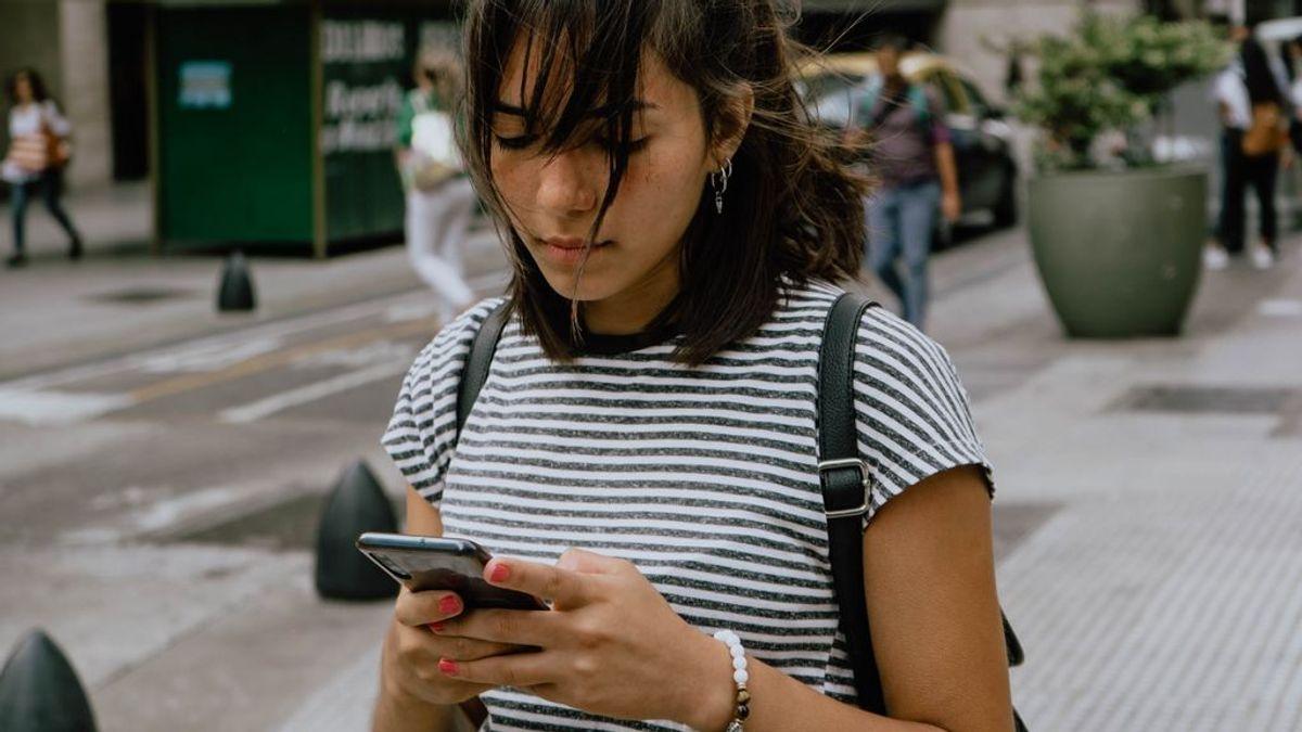 Chica con el móvil