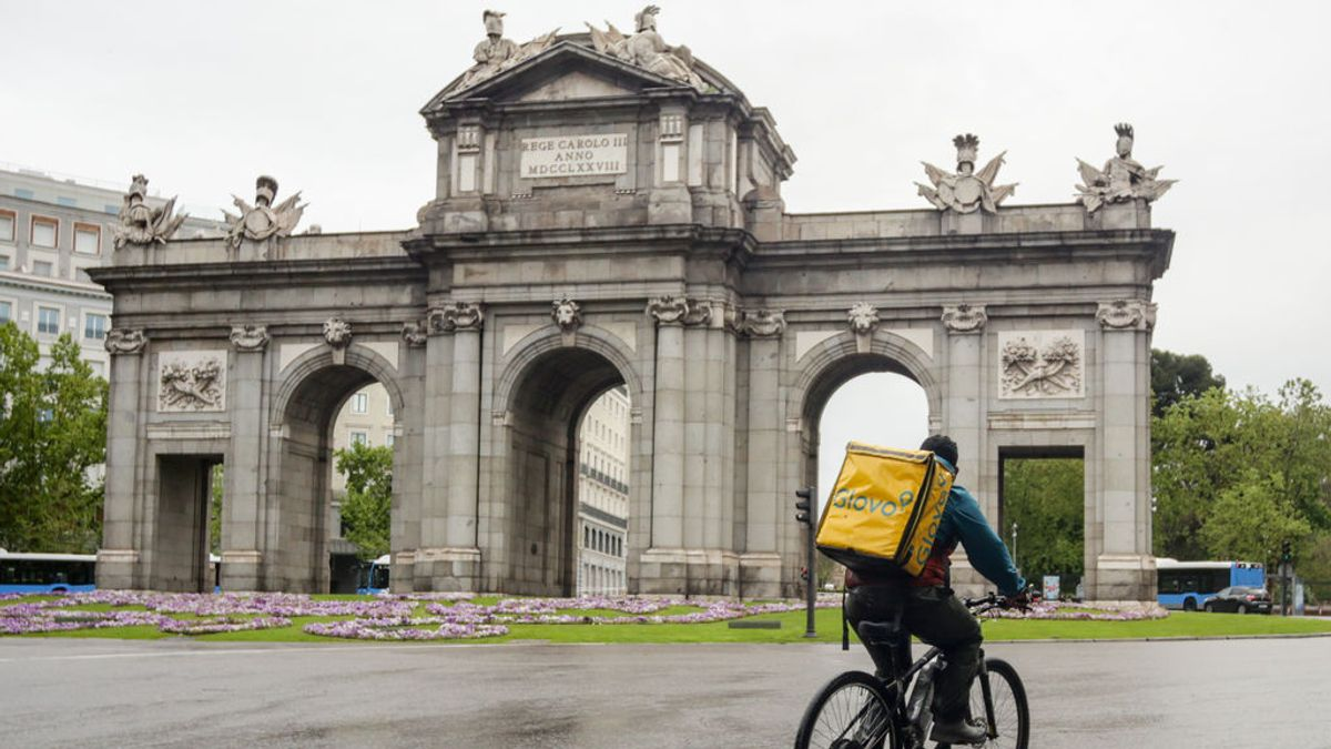Un rider en la Puerta de Alcalá, en Madrid.