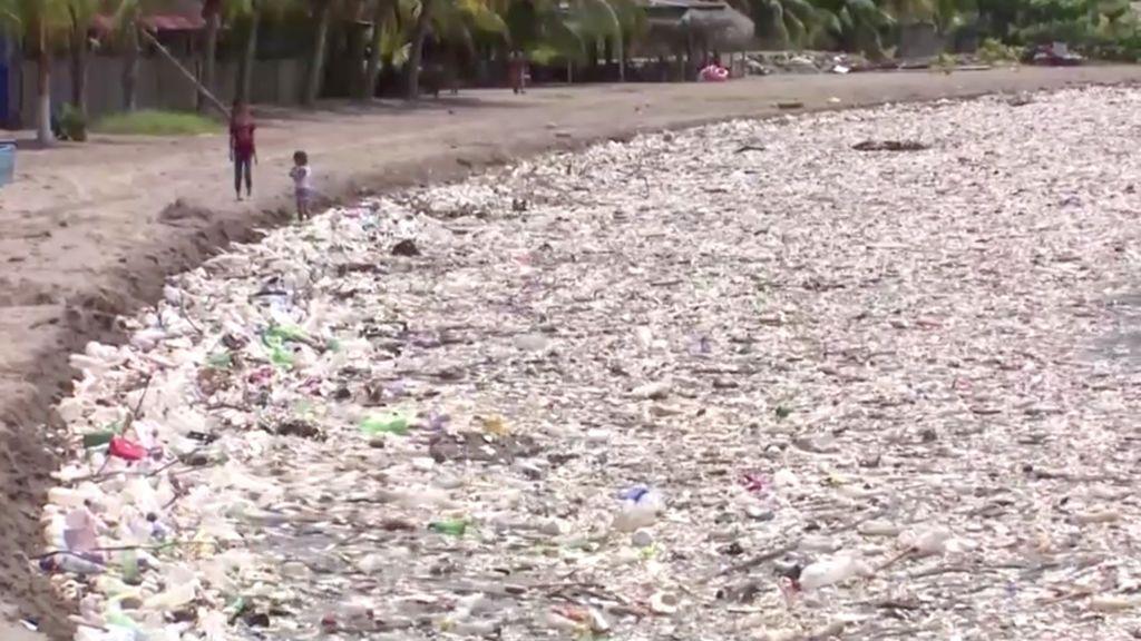 Un tsunami de basura asola las costas de Honduras