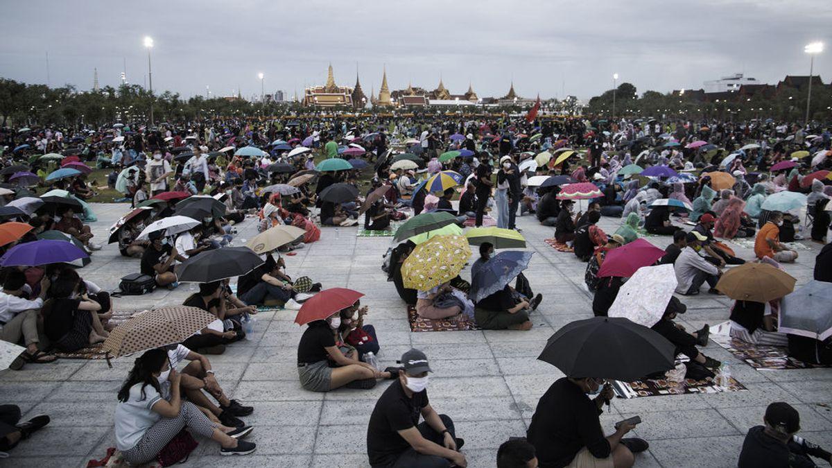 Miles de personas hacen temblar al Gobierno y la monarquía en Tailandia