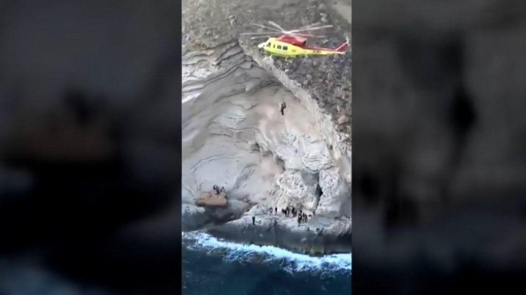 Arriesgado rescate de unos inmigrantes en una cala de Benidorm