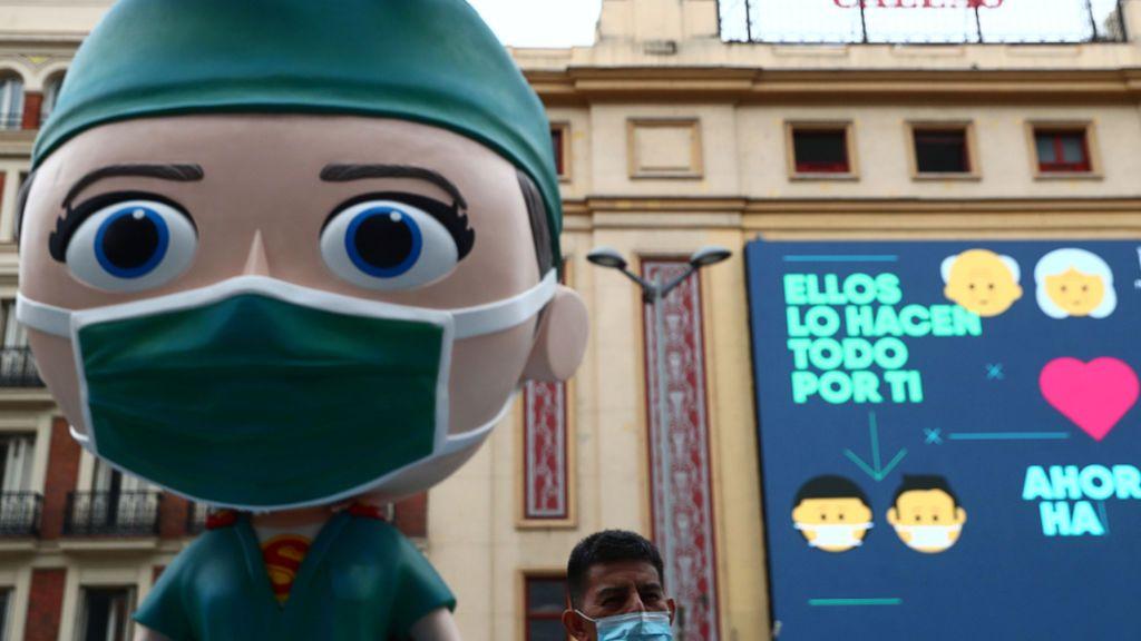 """Un muñeco 'supersanitario' preside Callao e irrita a las enfermeras: """"No somos héroes con capa y espada"""""""