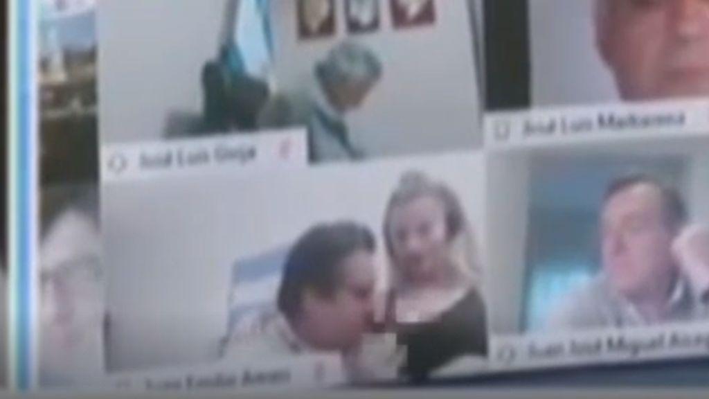 Las imágenes en las que un diputado argetino besa los pechos a su novia en una sesión de zoom del Congreso