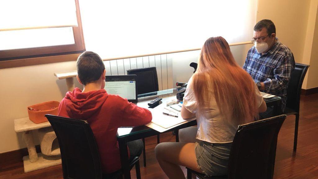 Óscar junto en su hijos que estudian en casa.