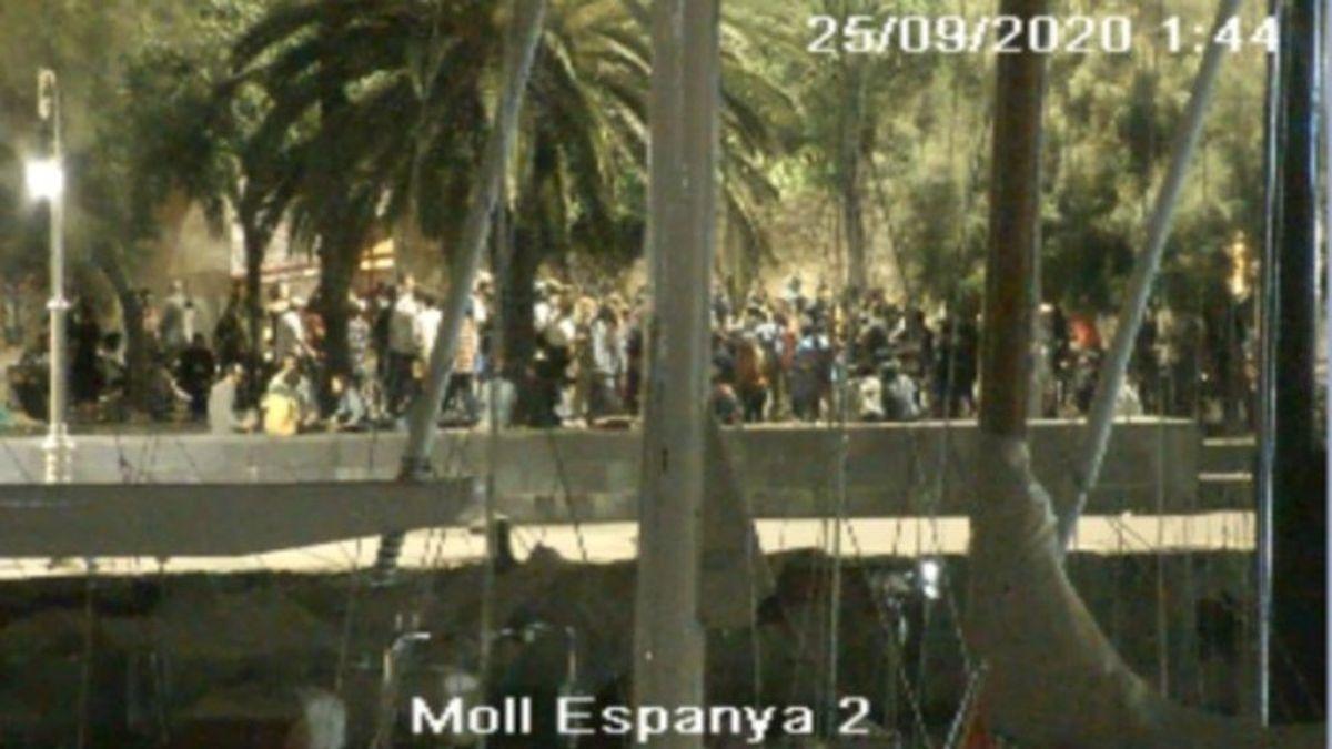 La policía dispersa un botellón de más 120 personas en el Port Vell de Barcelona