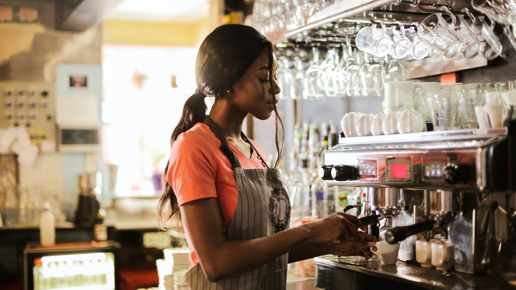 Camarera en una cafetería.