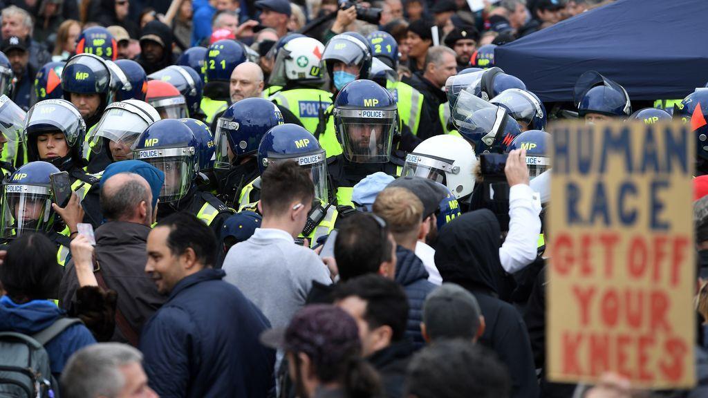 Manifestantes contra las restricciones chocan con la policía en Londres