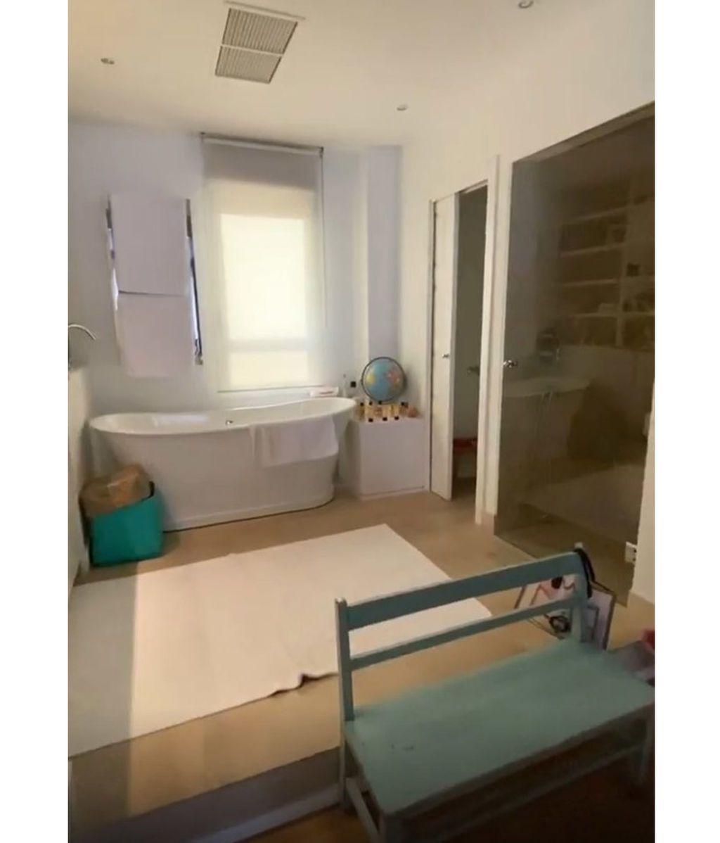 El baño del dormitorio de Samantha