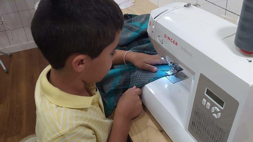 Fran a sus 8 años cosiendo