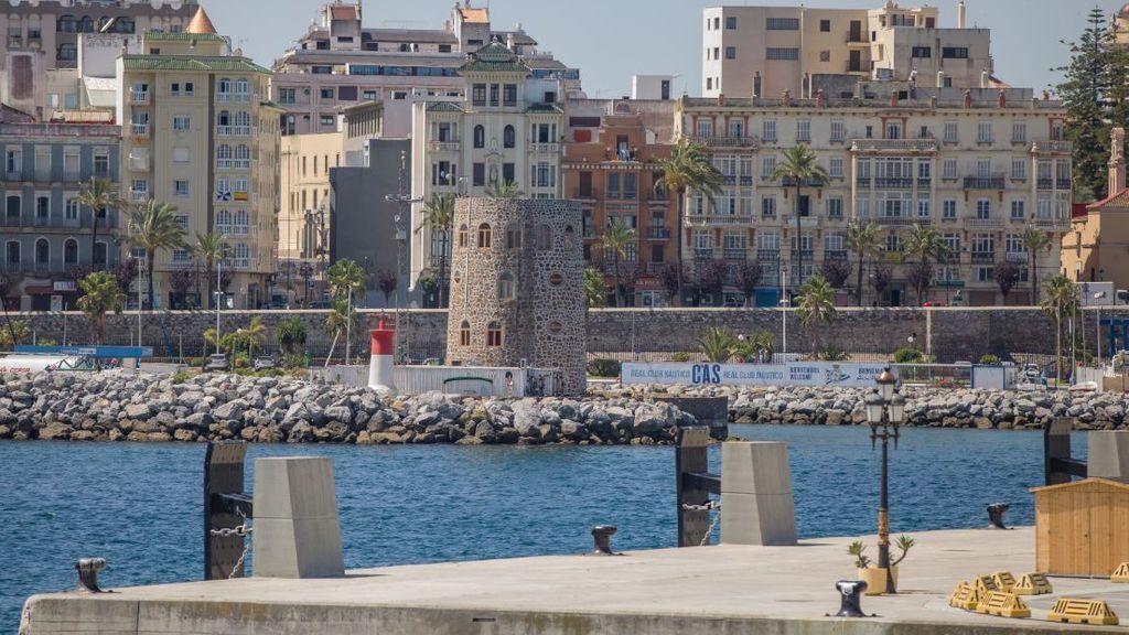 Ceuta cierra pistas deportivas, parques infantiles y prohíbe visitas a residencias para frenar la covid-19