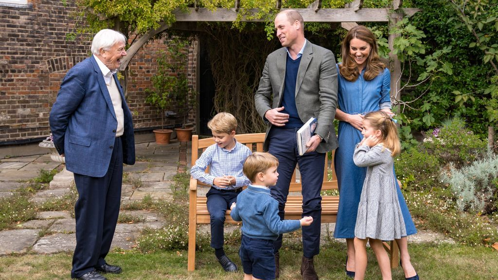 Sir David Attenborough, entregando el fósil al príncipe Jorge.
