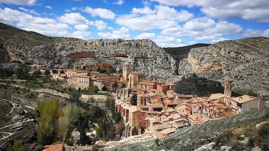 De Albarracín a Santillana del Mar: pueblos medievales de España para visitar este otoño